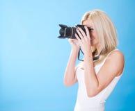 Portrait der schönen jungen Frau mit Kamera Stockfotografie