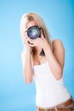 Portrait der schönen jungen Frau mit Kamera Stockfoto