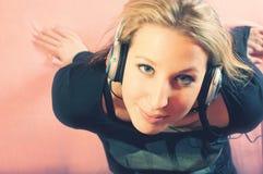 Portrait der schönen jungen Frau mit Kopfhörern lizenzfreie stockfotos