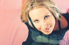 Portrait der schönen jungen Frau mit Kopfhörern stockfoto