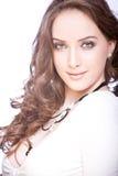 Portrait der schönen jungen Frau mit langem Braun Lizenzfreies Stockfoto