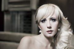 Portrait der schönen jungen Frau mit Perlen Stockfotos