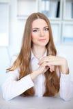 Portrait der schönen jungen Geschäftsfrau stockbild
