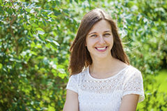 Portrait der schönen jungen glücklichen Frau lizenzfreie stockfotografie