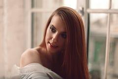 Portrait der schönen jungen Redheadfrau stockbild