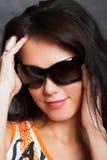 Portrait der schönen jungen reizvollen Frau auf grauem Hintergrund lizenzfreie stockbilder