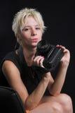 Portrait der schönen jungen reizvollen Frau auf schwarzem Hintergrund Stockfoto