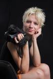 Portrait der schönen jungen reizvollen Frau auf schwarzem Hintergrund Lizenzfreies Stockfoto