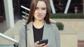 Portrait der schönen kaukasischen Frau stock video