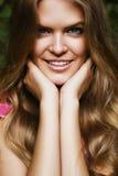 Portrait der schönen lächelnden blonden Frau Stockbilder