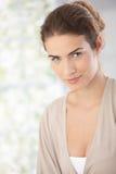 Portrait der schönen lächelnden Frau Lizenzfreies Stockfoto