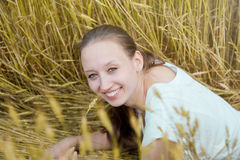 Portrait der schönen lächelnden Frau Lizenzfreie Stockbilder