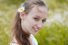 Portrait der schönen lächelnden Frau Stockbilder