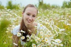 Portrait der schönen lächelnden Frau Stockfotos