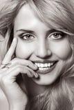 Portrait der schönen lächelnden jungen Frau Lizenzfreies Stockfoto