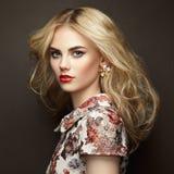 Portrait der schönen sinnlichen Frau mit eleganter Frisur Stockfoto