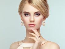 Portrait der schönen sinnlichen Frau mit eleganter Frisur Stockfotografie