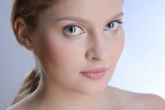 Portrait der schönen yoing Frau Stockfotos