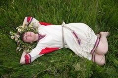 Portrait der Schönheitsmädchen im Kamille Chaplet lizenzfreie stockfotos