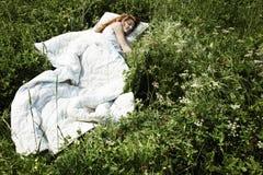 Portrait der schlafenden jungen Frau auf einer Wiese Stockfoto