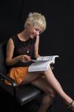 Portrait der schönen jungen reizvollen Frau auf schwarzem Hintergrund Lizenzfreie Stockbilder