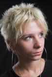 Portrait der schönen jungen reizvollen Frau auf schwarzem Hintergrund Stockfotografie