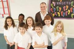 Portrait der Schulkinder, die im Klassenzimmer stehen Lizenzfreies Stockfoto