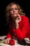 Portrait der sinnlichen Dame im Rot mit stieg Stockbilder