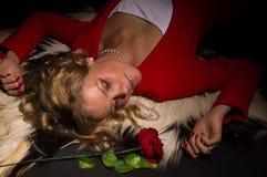 Portrait der sinnlichen Dame im Rot mit stieg Lizenzfreie Stockfotos
