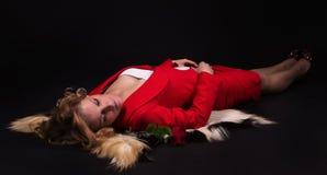 Portrait der sinnlichen Dame im Rot mit stieg Stockbild