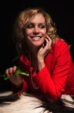 Portrait der sinnlichen Dame im Rot mit stieg Stockfotografie