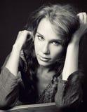 Portrait der sinnlichen netten jungen Frau stockbilder