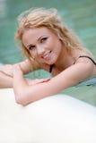 Portrait der smilng Frau im Badekurort Stockbild