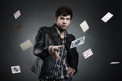 Portrait der Spielkarten des jungen Mannes Stockbilder