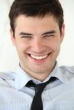 Portrait der stattlichen jungen Männer mit Lächeln. Lizenzfreie Stockfotografie