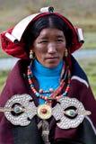 Portrait der tibetanischen Frau in der nationalen Kleidung Stockbilder