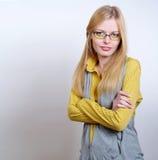 Portrait der tragenden Gläser des schönen Mädchens stockfoto