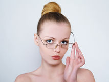 Portrait der tragenden Gläser des schönen Mädchens lizenzfreie stockbilder