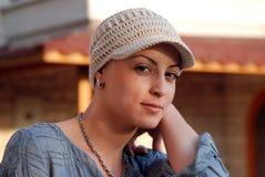 Portrait der tragenden Hauptabdeckung der jungen Frau Lizenzfreie Stockfotografie