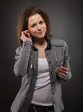 Portrait der tragenden Kopfhörer des Mädchens Stockfoto