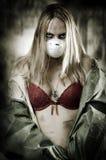 Portrait der traurigen Frau in der Atmungschablone Lizenzfreies Stockbild