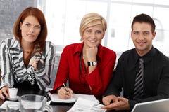 Portrait der Wirtschaftler bei der Sitzung Lizenzfreie Stockfotos
