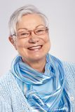 Portrait des älteren Damelächelns Stockfotos