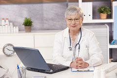 Portrait des älteren Doktors bei der Arbeit Lizenzfreies Stockbild