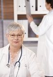 Portrait des älteren Doktors im Büro Stockfoto