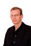 Portrait des älteren Mannes auf Weiß mit geringfügigem Lächeln Stockfotos