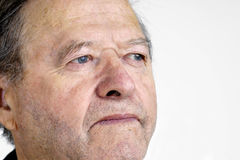 Portrait des älteren Mannes, das weg schaut Stockfoto