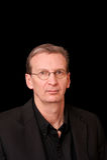 Portrait des älteren weißen Mannes auf schwarzem Hintergrund stockbilder