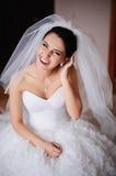 Portrait des éclats magnifiques d'une jeune mariée de rire Image stock