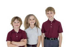 Portrait des écoliers heureux dans l'uniforme au-dessus du fond blanc photo libre de droits